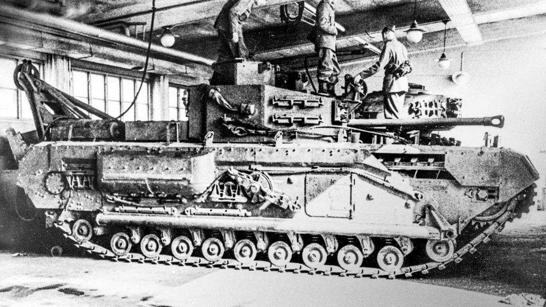 Bbv m/43 med kranen i läge för lätt lyft.