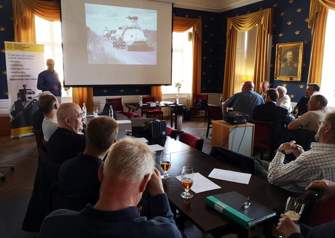 Sven Young presenterar svenskt FN-pansar som modell. Foto: Thorleif Olsson