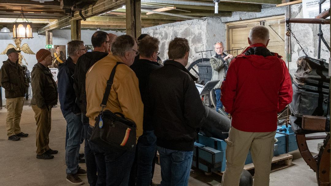 Per Karlssson förevisar Artillerimuseets samlingar.