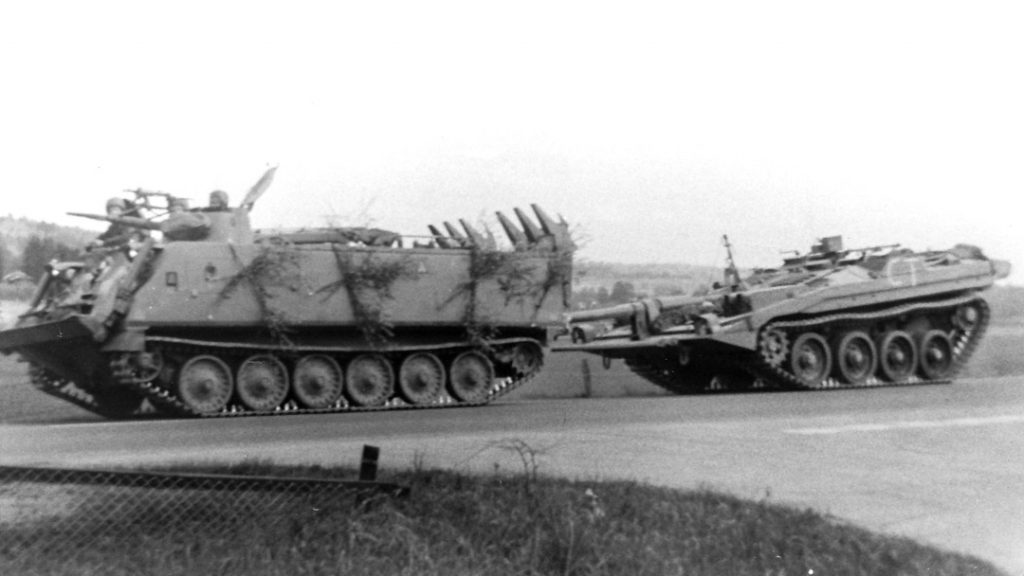 Bgbv 82 bogserar en Strv 103. Foto: Tommy Nilsson