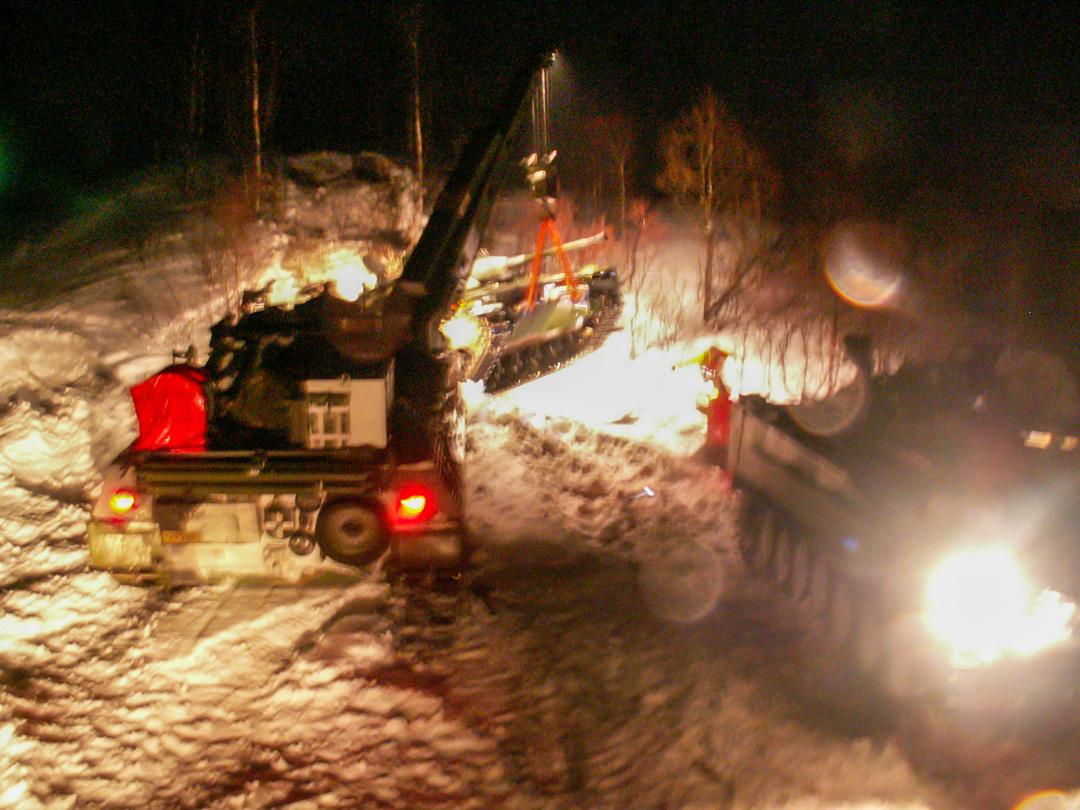 Norsk Leopard 1-bärgare lyfter bärgningsobjektet så Bgbv 90 kan köra ut. Foto: Peter Eriksson