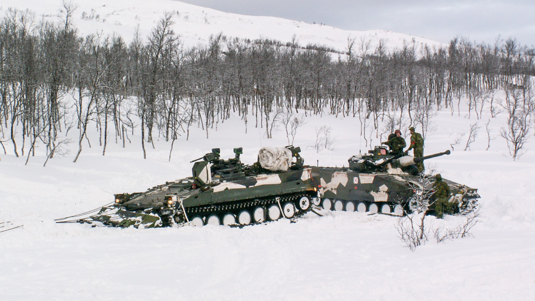 Strf 90 som mothåll bakom Bgbv 90. Foto: Peter Eriksson