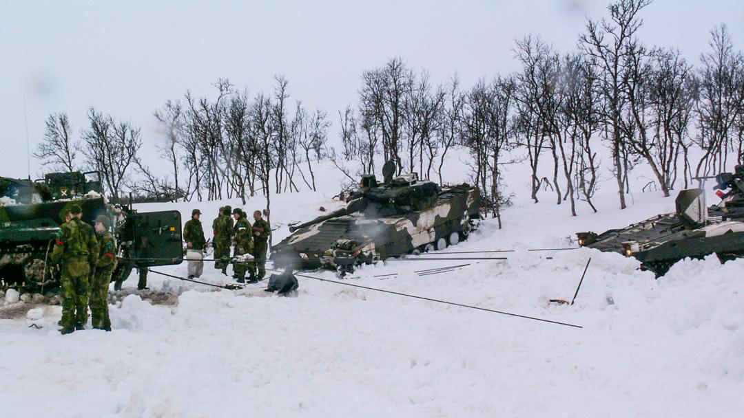 Med vajern över en stocks klyka lyfts vagnens bakände över iskanten. Foto: Peter Eriksson