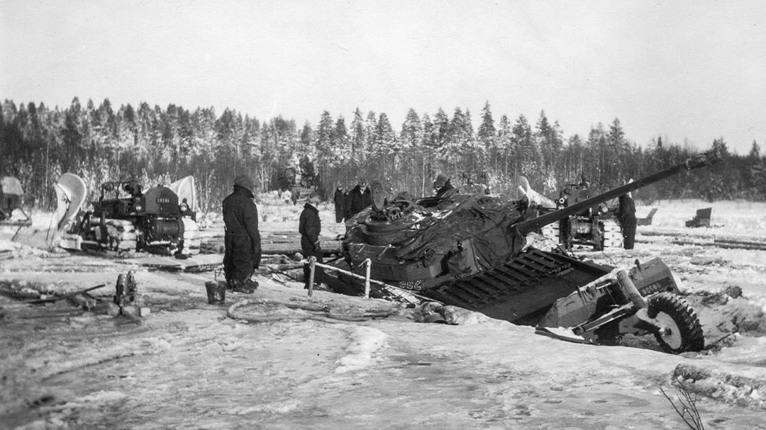 Förberedelse för bärgning av Stridsvagn 81 med hjälp av Bandtraktor D4 och D7. Foto: Evert Persson